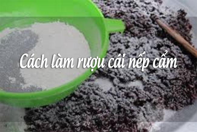 Rắc bột men vào cơm nếp cẩm